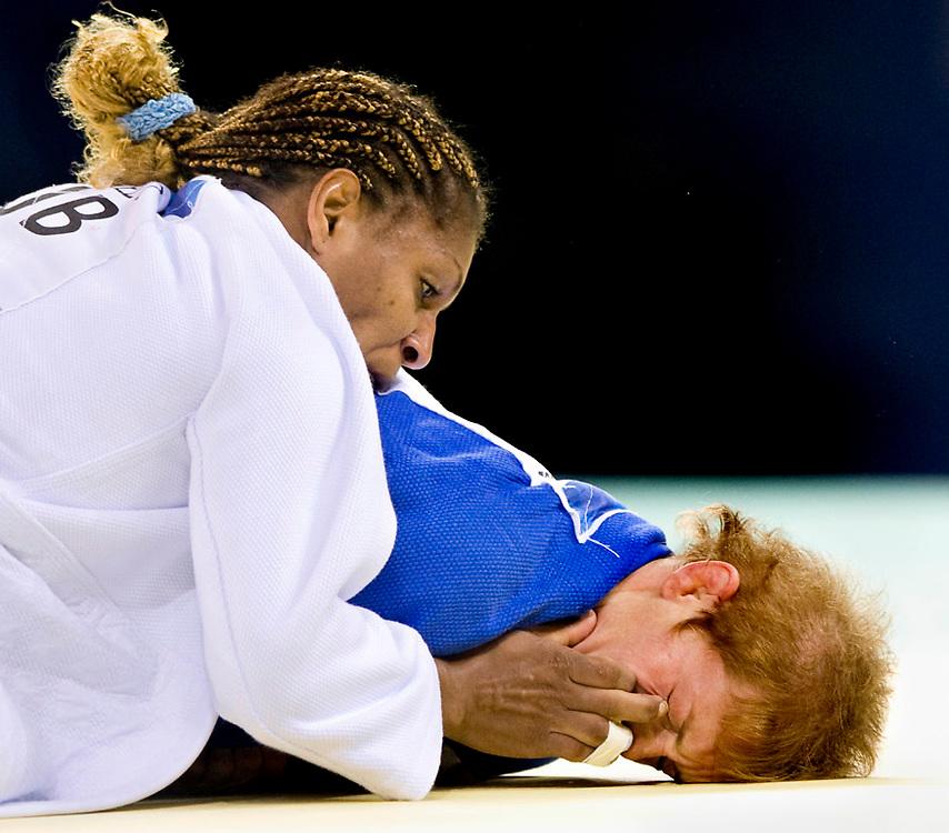 China, Beijing, 12-08-2008.<br /> Olympische Spelen.<br /> Judo, Vrouwen tot 63 kg.<br /> De cubaanse Gonzales prikt een vinger in het oog van Elisabeth Willeboordse die lenzen draagt.<br /> Foto: Klaas Jan van der Weij