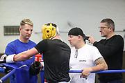 Boxen: Hamburg, 08.12.2020<br /> Edi Kadrija (schwarzes Shirt) und Sasha Alexander (beider Boxen im Norden) beim Sparring<br /> © Torsten Helmke