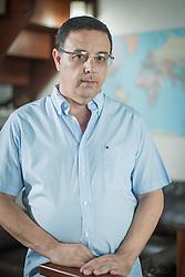 O coordenador do curso de ciências sociais da Universidade Luterana do Brasil, professor Paulo G. M. de Moura, em sua residência , em Porto Alegre. FOTO: Jefferson Bernardes/ Agência Preview