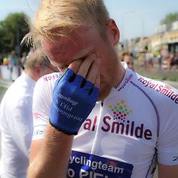 WIELRENNEN, Hoofddorp, Olympias tour Berden de Vries (Gieterveen/CT Jo Piels) wint het eindklassement van Nederlands oudste etappekoers. Pinkt een traantje weg