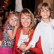 NLD/Den Haag/20110731 - Premiere musical Alice in Wonderland met K3, Anky van Grunsven met kinderen Yannick en Ava