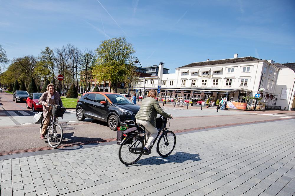 In Zeist kruisen fietsers en auto's elkaar in het centrum.<br /> <br /> Cars and cyclist crosses at the city center of Utrecht.