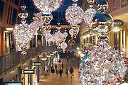 Nederland, Nijmegen, 14-12-2016 Winkelstraat, Marikenstraat, in Nijmegen. Mensen doen kerstinkopen. Onderdeel van de Marienburg. De straatversiering voor de kerst is opgehangen. Winkelen, architectuur Foto: Flip Franssen