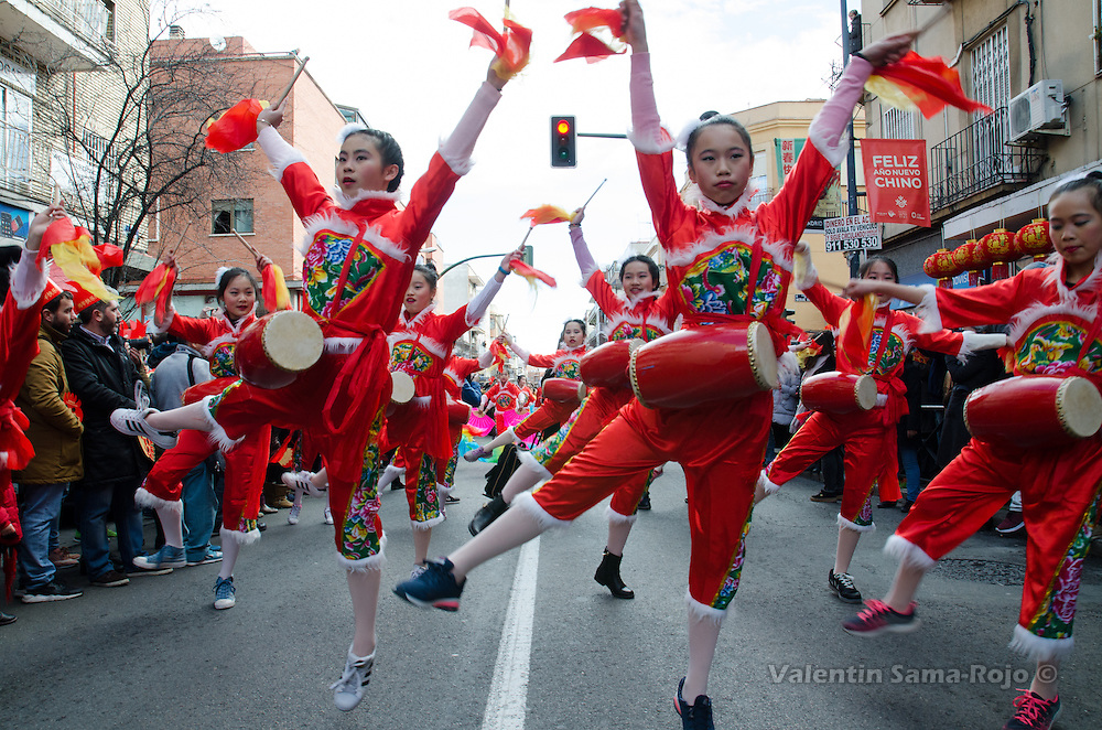 Madrid, Spain. 28th January, 2017. Young girls wearing tradictional red dresses dancing and playing drums during Chinese New Year in Madrid. © Valentin Sama-Rojo.