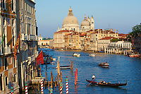 Italie, Venetie, Venise, Partimoine Mondial de l'UNESCO, Grand Canal, gondole, gondolier // Italy, Venice, Veneto, The Church of Santa Maria della Salute, and the Grand Canal, from the Academia Bridge, gondola, gondola rider, World heritage of the UNESCO