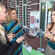 NLD/Amsterdam/20181005 - Benefietdiner Kluivert Dog rescue, Rossana Lima word geintervieuwd, manager Irene de Kom-Avogadri kijkt toe