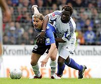 Fotball<br /> Bundesliga Tyskland 2004/2005<br /> Foto: Witters/Digitalsport<br /> NORWAY ONLY<br /> <br /> v.l. Ervin SKELA Bielefeld, Gerald ASAMOAH<br /> Bundesliga Arminia Bielefeld - FC Schalke 04