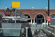 In Nijmegen staat bij de volle fietsenstalling op het station het bord dat er nog een fietsenstalling in de buurt is.<br /> <br /> In Nijmegen a sign tells cyclists there is another bike parking nearby.