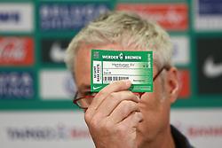 06.05.2010, Weserstadion, Bremen, GER, Pressekonferenz, Werder Bremen vs Hamburger SV (HSV), im Bild Tino Polster (Mediendirektor Werder Bremen) haelt eine echte und eine gefaelschte Eintrittskarte in die Luft und weist auf die Unterschiede hin. Der Unterschied ist erst beim Erfuehlen des Hologramms moeglich. Daraufhin wird es am Spieltag zu Verzoegerungen am Ostkurveneingang kommen. Betroffen sind scheinbar nur Stehplatzkarten der Ostkurve. EXPA Pictures © 2010, PhotoCredit: EXPA/ nph/  Arend