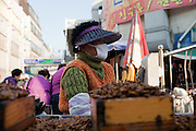 Daegu/Suedkorea, Republik Korea, KOR, 14.11.2009: Passanten in Suedkorea tragen Masken um einer moeglichen Infektion mit dem Schweinegrippen Virus (H1N1) vorzubeugen. | Daegu/Republic of Korea, South Korea, KOR, 14.11.2009: Korean people wearing face masks as prevention against the swine flu virus.