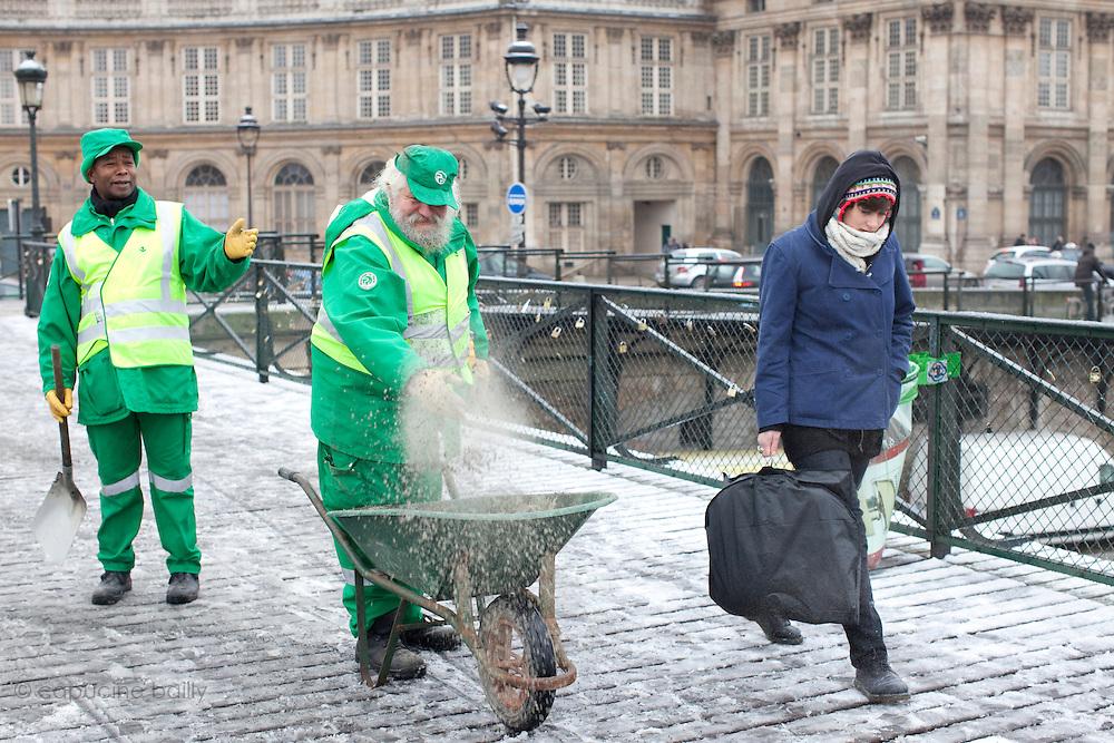 Paris, France. 7 Decembre 2010.Pont des Arts..Paris, France. December 7th 2010.Pont des Arts