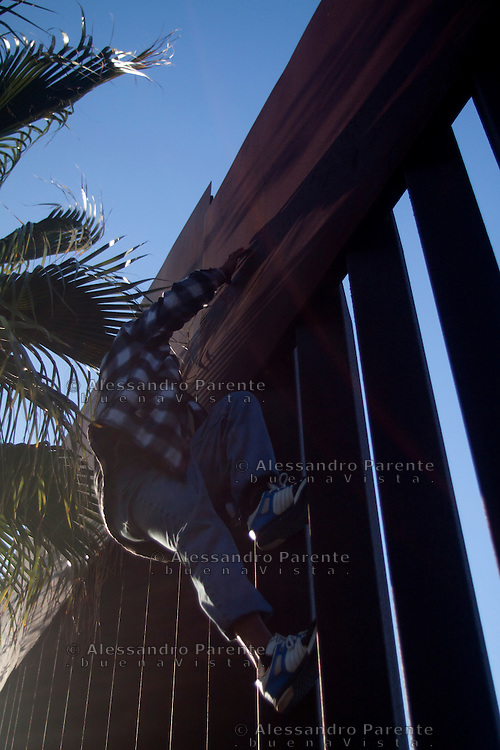 Tijuana 2015.<br /> Juan show haw easy is to jump the border, the harder part is after.<br /> Juan mostra come scalare la frontiera.