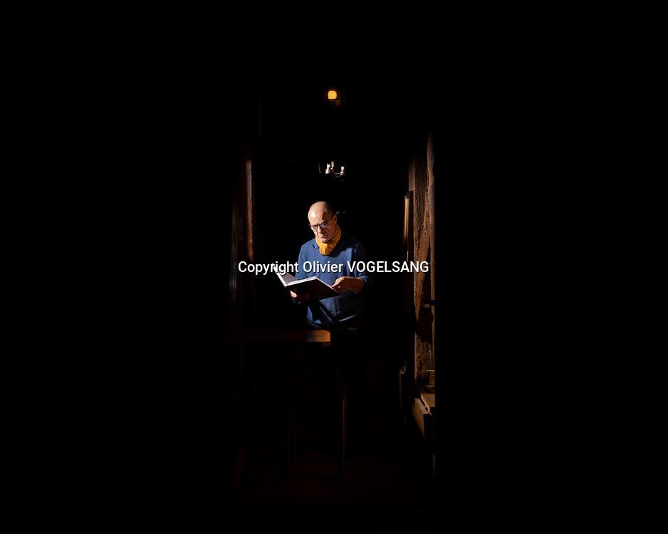 Lausanne, 14 juin 2021. Le guet Renato Häusler sur la cathédrale de Lausanne. Il annonce l'heure à partir de 22h chaque heure jusqu'à 02h du matin. aux quatres coins cardinaux de la tour. Le guet dans son espace. © Olivier Vogelsang