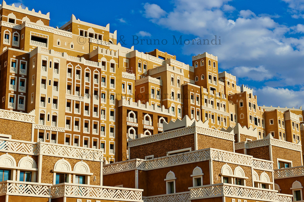 Emirats Arabes Unis, Dubai, le quartier de New Dubai, le Palm Jumeirah,batiment de style yemenite // United Arab Emirates, Dubai, the Palm Jumeirah, building with Yemen style of architecture