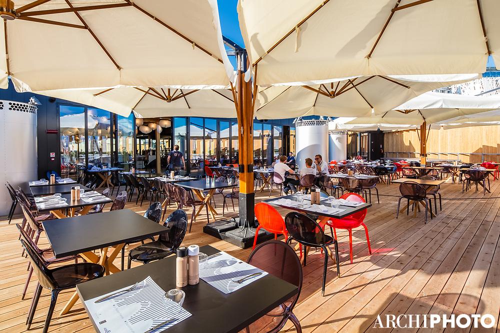 Terrasse du Café des Chefs - Mobilier Roche Bobois (Tables de repas Jane, design Christophe Delcourt / Chaises Loop, design Cédric Ragot) • Pavillon de France, World Expo 2015, Milano