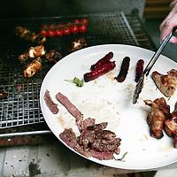 Nederland, Amsterdam , 8 augustus 2009..Jesse tijdens de barbeque in zijn tuin aan de Nieuwe Prinsengracht 92hs. Foodies en gadget-freaks barbecueën steeds geavanceerder. ..Foto:Jean-Pierre Jans