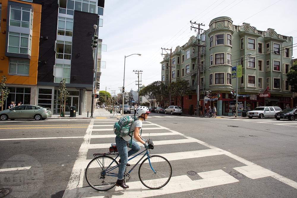 Een vrouw fietst op Valencia in San Francisco. De Amerikaanse stad San Francisco aan de westkust is een van de grootste steden in Amerika en kenmerkt zich door de steile heuvels in de stad. Ondanks de heuvels wordt er steeds meer gefietst in de stad.<br /> <br /> Cyclists in San Francisco. The US city of San Francisco on the west coast is one of the largest cities in America and is characterized by the steep hills in the city. Despite the hills more and more people cycle.