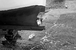 Elica di piccola barca da pesca nel porto di Gallipoli (LE), Italia