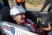 Yasmin Tredell tijdens de zesde en laatste racedag. In Battle Mountain (Nevada) wordt ieder jaar de World Human Powered Speed Challenge gehouden. Tijdens deze wedstrijd wordt geprobeerd zo hard mogelijk te fietsen op pure menskracht. De deelnemers bestaan zowel uit teams van universiteiten als uit hobbyisten. Met de gestroomlijnde fietsen willen ze laten zien wat mogelijk is met menskracht.<br /> <br /> In Battle Mountain (Nevada) each year the World Human Powered Speed ??Challenge is held. During this race they try to ride on pure manpower as hard as possible.The participants consist of both teams from universities and from hobbyists. With the sleek bikes they want to show what is possible with human power.