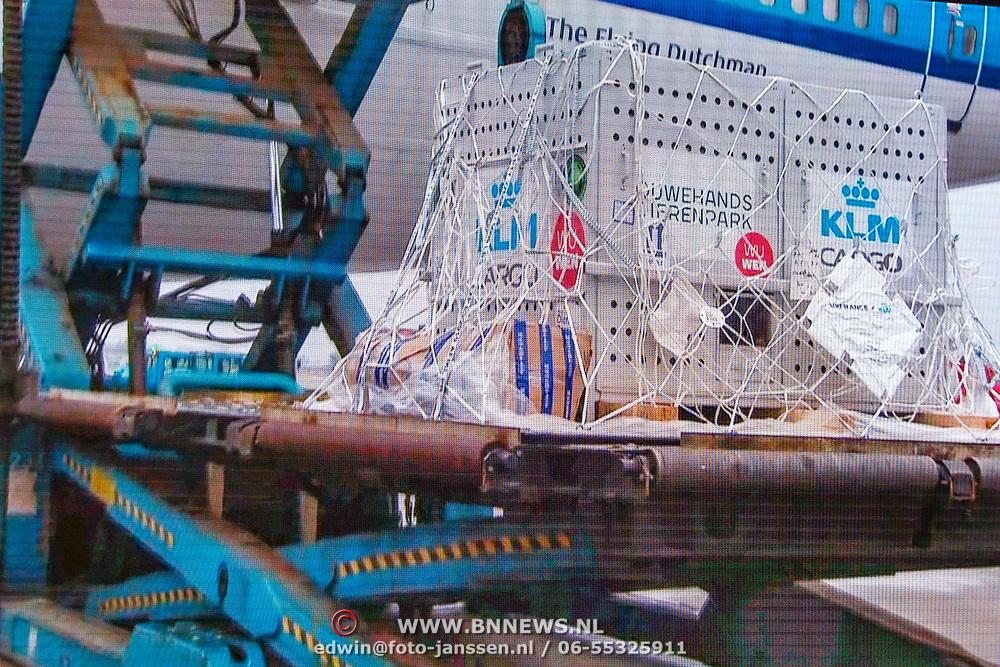 NLD/Amsterdam/20170412- Aankomst reuzenpanda's WU WEN en XING YA in Nederland, vervoerskratten van de panda's