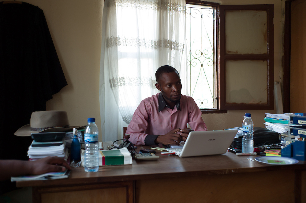 Tete, Tete province Mozambique. Julio Katenga of the Mozambican Human Rights League (Liga Mocambicana dos direitos humanos - HDL) during a meeting on the porposal of a letter adressed to the provincial government condcerning the rights of the resettlements.