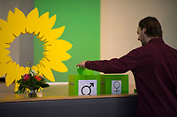 DEU, Deutschland, Germany, Berlin, 21.04.2018: Landesdelegiertenkonferenz von Bündnis 90/Die Grünen in Berlin-Adlershof. Ein Mann wirft einen Zettel in eine Box, um sich für einen Redebeitrag anzumelden.
