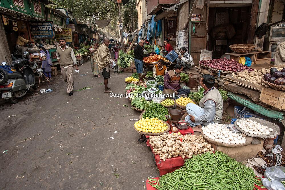 2007 01 29 Delhi India <br /> Paharganj Main Bazar<br /> Lokala matmarknaden kryddor grönsaker ris masala chili kokosnötter<br /> <br /> ----<br /> FOTO : JOACHIM NYWALL KOD 0708840825_1<br /> COPYRIGHT JOACHIM NYWALL<br /> <br /> ***BETALBILD***<br /> Redovisas till <br /> NYWALL MEDIA AB<br /> Strandgatan 30<br /> 461 31 Trollhättan<br /> Prislista enl BLF , om inget annat avtalas.