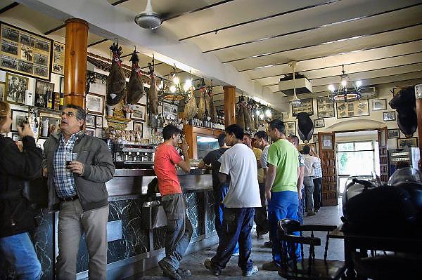 Spanje, Sanlucar, 7-5-2010Arbeiders drinken een glas bier in een cafe na hun werk. Het zijn wegwerkers.Foto: Flip Franssen/Hollandse Hoogte