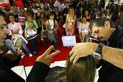 Demonstração de produto em um dos estandes da Hair Brasil 2007, maior evento de beleza da América Latina, realizado de 13 a 17 de abril, no Expo Center Norte, na zona norte de São Paulo. FOTO: Jefferson Bernardes/Preview.com