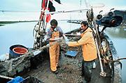 Engeland, Rye, 2-7-1996Vissers controleren hun netten op een kleine vissersboot.Visserij, visquotumFoto: Flip Franssen