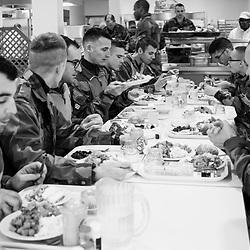 lundi 14 novembre 2016, 13h07, Saint Denis. Après une matinée d'entraînement au centre d'initiation commando, des militaires du Régiment de Marche du Tchad de Meyenheim prennent leur repas à la cantine du Fort de l'Est. Ils ne reprendront les patrouilles Sentinelle que le lendemain.
