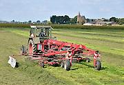 Nederland, Ubbergen, 26-9-2011 In de Ooijpolder maakt een boer gebruik van het mooie weer om gras te schudden. Daarna wordt het tot balen gepakt en als wintervoer aan het vee, de koeien, gevoerd. Foto: Flip Franssen/Hollandse Hoogte