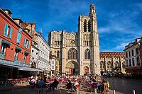 France, Bourgogne-Franche-Comté, Yonne (89), Sens, la place de la République et la cathédrale Saint-Etienne // France, Burgundy, Yonne, Sens, Saint-Etienne cathedral and Republique square