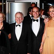 NLD/Amsterdam/20110527 - 40ste verjaardag Prinses Maxima, Prinses Maxima en Prins Willem Alexander met ouder Jorge en Maria Zorreguieta en boer Martin