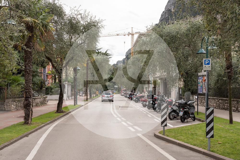 ITALIEN - RIVA DEL GARDA - Strasse mit einer Allee von Olivenbäumen - 26. September 2020 © Raphael Hünerfauth - https://huenerfauth.ch