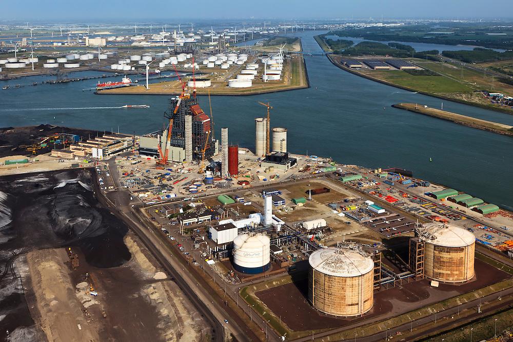 Nederland, Zuid-Holland, Maasvlakte, 23-05-2011; .Nieuwbouw (m) kolen/biomassacentrale  elektriciteitcentrale Electrabel (GDF Suez) met de  LNG-installatie van de Gasunie die de buffervoorraad vloeibaar aardgas huisvest...New build coal / biomass power plant (m)Electrabel and the LNG installation with the buffer stock liquid natural gas (liquefied natural gas, LNG) in the Port of Rotterdam..luchtfoto (toeslag), aerial photo (additional fee required).copyright foto/photo Siebe Swart
