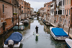 THEMENBILD - Standup Paddler am Kanal, aufgenommen am 06. Oktober 2019 in Venedig, Italien // Standup paddler at the canal in Venice, Italy on 2019/10/06. EXPA Pictures © 2019, PhotoCredit: EXPA/ JFK