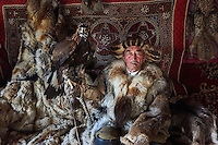 Mongolie, province de Bayan-Olgii, Ydyrysh, chasseur à l'aigle Kazakh avec son aigle royal // Mongolia, Bayan-Olgii province, Kazakh eagle hunter with his Golden Eagle