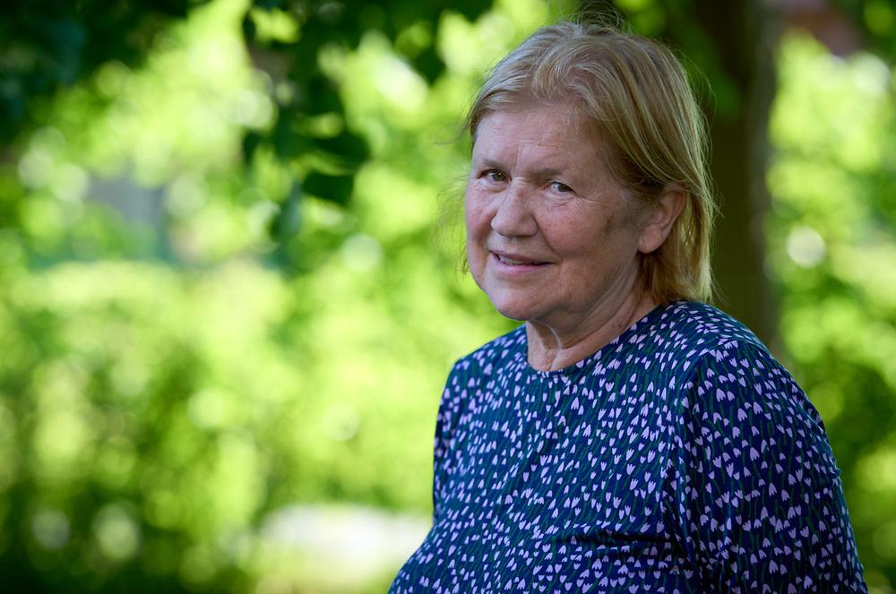 2021-06-30 INGELSTRÄDE<br /> Tid: 18:03<br /> Gunhild Carling fortsatte sin europaturné med en spelning på Cirkusmuseet i Ingelsträde.<br /> <br /> Porträtt Aina Carling<br /> <br />  ***betalbild***<br /> <br /> Foto: Peo Möller<br /> <br /> Båstad, Gunhild Carling, Carling Family, konsert, musiker, artist, scen, utomhus, sommarkonsert, europaturné, porträtt