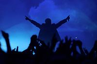25 NOV 2002, BERLIN/GERMANY:<br /> Herbert Grönemeier waehrend einem Konzert, Max-Schmeling-Halle<br /> IMAGE: 20021125-02-008<br /> KEYWORDS: Herbert Grönemeier, Fans, Fans, Publikum, Haende, Hände