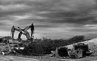 Gravemaskiner jobber med å rive bygningene på Skansekaia i Ålesund.<br /> Foto: Svein Ove Ekornesvåg