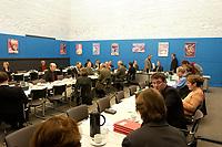 18 DEC 2003, BERLIN/GERMANY:<br /> Uebersicht Marie-Juchacz-Saal, zu Beginn der Sitzung des SPD Fraktionsvorstandes, Deutscher Bundestag<br /> IMAGE: 20031218-01-013<br /> KEYWORDS: Sitzung, kleiner Sitzungssaal, Übersicht