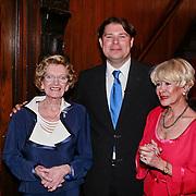 NLD/Zeist/20110310 - Mieke Telkamp krijgt Gouden DVD Award uit handen van Anneke Gronloh, samen met Bart Peeters