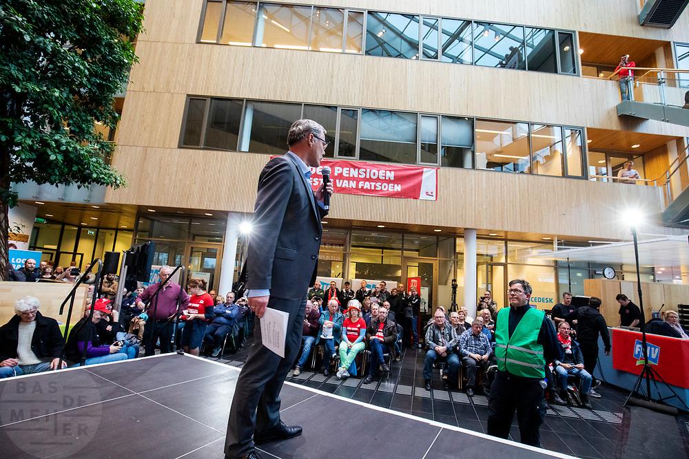Voorzitter Han Busker spreekt de menigte toe. In Utrecht zijn zo'n duizend FNV-leden bij het vakbondshuis gekomen om als actieberaad te praten over de eerder besproken hoofdlijnen van het actieplan vast te stellen. De vakbond komt in actie na het mislukken van het pensioenakkoord waarvoor de vakbond de schuld heeft gekregen.<br /> <br /> Chairman Han Busker talks to the audience. In Utrecht around thousand members of the trade union FNV gather to discuss the actions the trade union has to take after the collapse of an agreement on the pensions with the government.