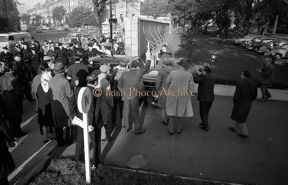 National Farmer's Association attack the car of Charlie Haughey, Minister for Agriculture. N.F.A. members surround and stop Mr. Haughey's car as he enters the Intercontinental Hotel to open the 5th Annual Congress of the British Equine Veterinary Association.<br /> 25.10.1966