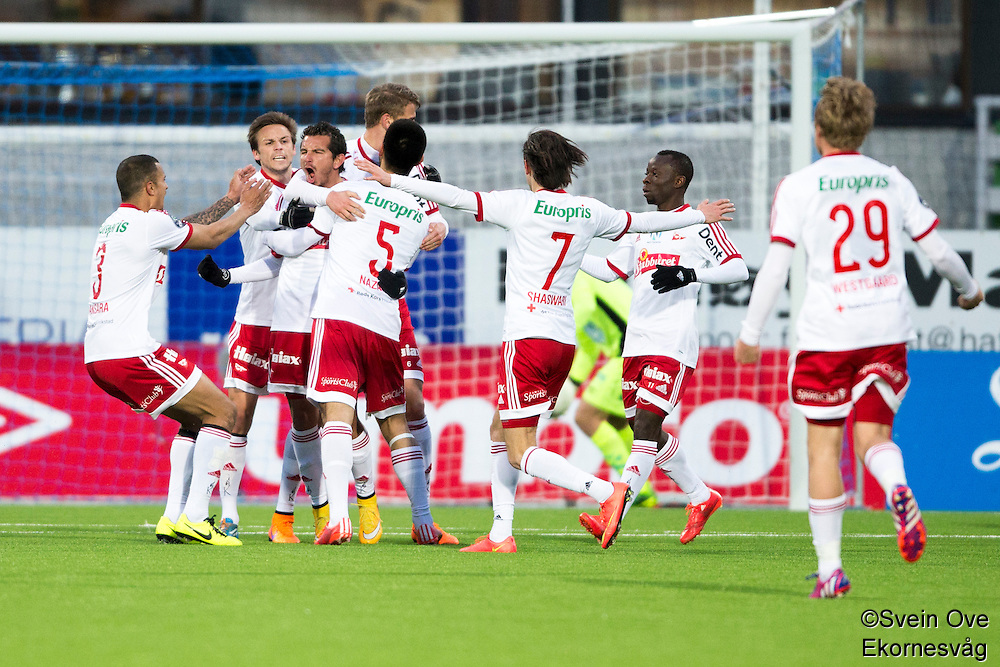1. divisjon fotball 2015: Hødd - Fredrikstad. Fredrikstads Rafael Edgardo Burgos (nr 3 f.v.) gratuleres med 1-1 scoringen i førstedivisjonskampen mellom Hødd og Fredrikstad på Høddvoll.