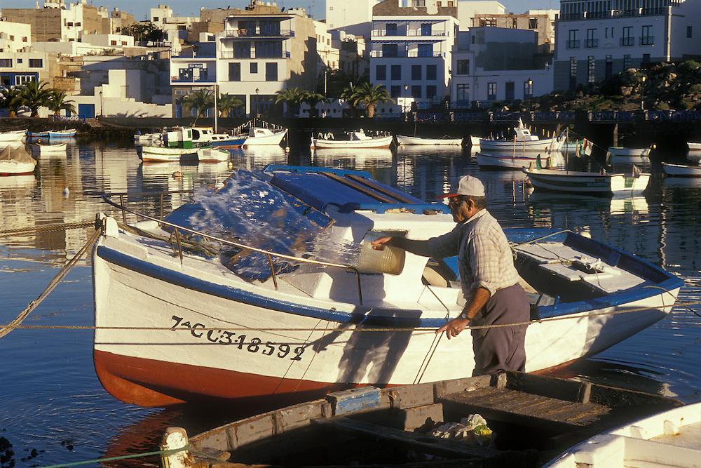 España. Islas Canarias. Lanzarote..Pescador limpiando su barca en el Charco de San Ginés, lugar de nacimiento de César Manrique..©JOAN COSTA