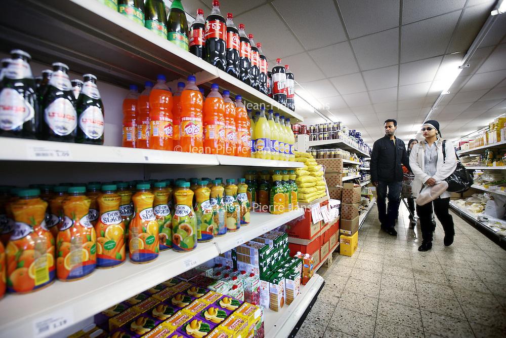 Nederland, Amsterdam , 3 mei 2011..Supermarkt Tanger..De etnische supermarkt Tanger in Slotermeer is met die prijs goedkoper dan de winkels in het Marokkaanse Tanger. De winkel trekt klanten aan van ver buiten de stad...Foto:Jean-Pierre Jans