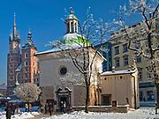 Kościół św. Wojciecha, w głębi kościół Mariacki, Rynek Główny w Krakowie, Polska<br /> St. Wojciech church, deep inside the Mariacki church, Main Market Square, Poland
