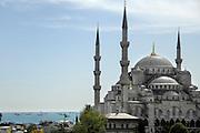 Turkije, Istanbul, 4-6-2011De blauwe moskee, in sultanahmet. Op de achtergrond de Bosporus, zee van Marmara waar verschillende schepen voor anker liggenFoto: Flip Franssen